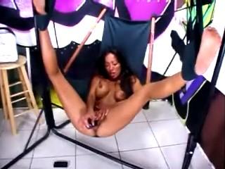 Met een paarse dildo in haar kutje